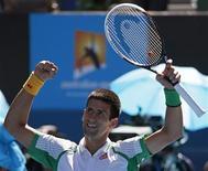 El tenista serbio Nova Djokovic celebra tras derrotar al francés Paul-Henri Mathieu durante su encuentro por el Abierto de Australia en Melbourne, ene 14 2013. El serbio Novak Djokovic hizo gala de breves destellos de su mejor tenis al comenzar el lunes su camino hacia un tercer título consecutivo del Abierto de Australia con un triunfo por 6-2, 6-4 y 7-5 ante el francés Paul-Henri Mathieu. REUTERS/David Gray