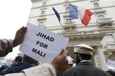 """Британские исламисты протестуют перед посольством Франции в Лондоне 12 января 2013 года.Связанные с """"аль-Каидой"""" боевики в Мали пообещали втянуть Францию в долгую и жестокую войну наподобие кампаний в Афганистане. REUTERS/Suzanne Plunkett"""