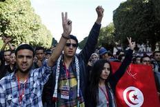 Unas personas participan en las jornadas de celebración del segundo aniversario de la revolución en Túnez, ene 13 2013. Miles de tunecinos protestaron el lunes contra el actual Gobierno islámico, exactamente dos años después del derrocamiento del presidente Zine El Abidine Ben Ali durante una revuelta popular inspirada en otros movimientos similares que se produjeron alrededor del mundo árabe. REUTERS/Anis Mili