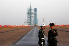 Estados Unidos está preocupado por la creciente capacidad de China para interrumpir el servicio de sus satélites militares y de inteligencia, a medida que Pekín busca expandir sus proyectos en el espacio, dijeron varias fuentes en Washington y expertos del sector aeroespacial. En esta imagen de archivo, soldados frente al cohete Larga Marcha II-F, cargado con el módulo no tripulado Tiangong-1, antes de su lanzamiento de la plataforma de Lanzamiento en Jiuquan, en la provincia china de Gansu, el 29 de septiembre de 2011. REUTERS/Petar Kujundzic/Files