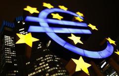 El Banco Central Europeo no utilizará probablemente este año su programa de compra de bonos para ayudar a los gobiernos de la zona euro con problemas de financiación, según una pequeña mayoría de operadores encuestados por Reuters. En la imagen, un logo iluminado del euro en la sede del BCE en Fráncfort, el 8 de enero de 2013. REUTERS/Kai Pfaffenbach
