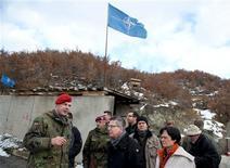 La Unión Europea dijo el lunes que ha corregido parte de los problemas en su misión para ofrecer seguridad en Kosovo, después de que Alemania y un organismo supervisor de la UE dijeran el año pasado que la operación era poco efectiva y estaba mal gestionada. En esta imagen de archivo, el ministro alemán de Defensa, Thomas de Maiziere, y la primera ministra de Christine Lieberknecht en un punto de control de Zupce, en kosovo, el 20 de diciembre de 2012. REUTERS/Axel Schmidt/Pool