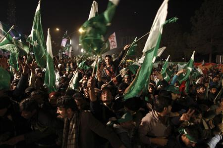Supporters of Muhammad Tahirul Qadri, leader of Mihaj-ul-Quran wave Pakistani flags during a protest in Islamabad January 14, 2013. REUTERS/Zohra Bensemra