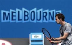 La campaña de Andy Murray para conseguir su segundo título de grand slam consecutivo se pone en marcha el martes, cuando saltará a la pista central para enfrentarse al holandés Robin Haase en la primera ronda del Abierto de Australia. Imagen de Murray en una sesión de entrenamiento en la ciudad australiana el 12 de enero. REUTERS/Tim Wimborne