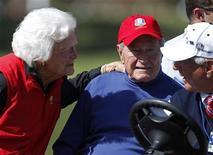 El ex presidente de Estados Unidos George H.W. Bush abandonó el lunes el hospital de Houston en el que estaba ingresado, según un comunicado de un portavoz de la familia. Imagen de archivo de Bush (centro) con su mujer Barbara en la Copa Ryder celebrada el pasado mes de septiembre en el Medinah Country Club de Medinah, Illinois. REUTERS/Matt Sullivan