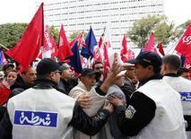 Manifestantes protestam contra o governo islâmico em Túnis, na Tunísia. 14/01/2013 REUTERS/Anis Mili