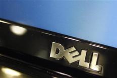 Dell discute avec des fonds de capital investissement de son retrait de la cote, selon Bloomberg TV. Les transactions ont été brièvement interrompues sur l'action après qu'elle eut atteint la hausse maximale de 10% et provoqué le déclenchement de coupe-circuits en réction à cette nouvelle. /Photo d'archives/REUTERS/Joshua Lott