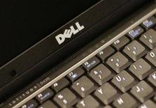 Foto de archivo de un ordenador portátil Dell Latitude D430 en Nueva York, ago 26 2008. La empresa tecnológica Dell está en conversaciones con fondos privados para dejar de cotizar en bolsa, informó el lunes Bloomberg TV. REUTERS/Brendan McDermid