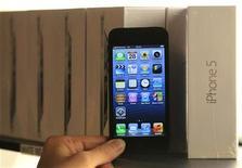 Foto de archivo de un teléfono Iphone 5 de Apple en uns tienda Mobistar de Bruselas, sep 28 2012. Apple redujo los pedidos de pantallas de LCD y otros componentes del iPhone 5 este trimestre ante una débil demanda, informó el lunes el diario financiero japonés Nikkei, en una muestra más de que la firma estadounidense está perdiendo terreno en el mercado de teléfonos inteligentes ante sus rivales asiáticos. REUTERS/Yves Herman