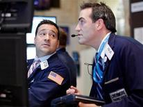 Los índices S&P 500 y Nasdaq cerraron a la baja el lunes en Wall Street, por preocupaciones sobre la demanda de productos de Apple que arrastraron a las acciones del gigante tecnológico, y mientras los inversores se preparaban para nuevas decepciones en materia de resultados corporativos. En la imagen , operadores en la Bolsa de Nueva York, el 14 de enero de 2013. REUTERS/Brendan McDermid