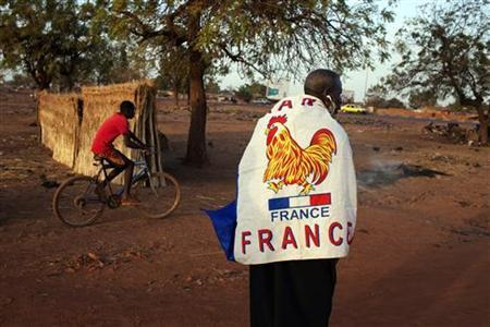 Yacouba Konate, 56, wears a French flag to show his support for the French military intervention in Mali in the Malian capital of Bamako January 13, 2013. France is determined to end Islamist domination of northern Mali, which many fear could act as a base for attacks on the West and for links with al Qaeda in Yemen, Somalia and North Africa. REUTERS/Joe Penney (MALI - Tags: SOCIETY CIVIL UNREST)
