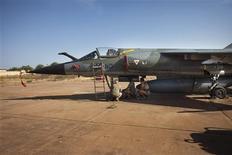 """Base aérienne de l'armée malienne à Bamako, où des techniciens français travaillent sur un avion de chasse Mirage F-1. François Hollande a déclaré mardi que la France avait procédé au cours de la nuit de lundi à mardi à de nouvelles frappes aériennes contre les rebelles islamistes au Mali et qu'elle allait poursuivre le renforcement de son dispositif sur place jusqu'au déploiement de la force africaine, qui va prendre """"une bonne semaine"""". /Photo prise le 14 janvier 2013/REUTERS/Joe Penney"""
