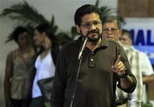 """La guerrilla colombiana de las FARC coincidió el lunes con el Gobierno del presidente Juan Manuel Santos en pedir mayor """"celeridad"""" en la búsqueda de un acuerdo de paz e insistir en la necesidad de lograr pactos concretos, en una moderación de su postura inicial de no poner límites al diálogo. Imagen del principal negociador de las FARC, Iván Márquez, hablando con la prensa al llegar a La Habana para la nueva ronda de negociaciones el 14 de enero. REUTERS/Enrique De La Osa"""