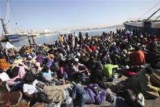 Tripoli, migranti dall'Africa sub-sahariana in attesa di un imbarco per l'Europa, il 5 dicembre 2011. REUTERS/Ismail Zitouny