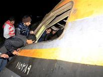 Egitto, curiosi sul luogo dell'incidente ferroviario a Badrashin, a 40 km dal Cairo. REUTERS/Mohamed Abd El Ghany