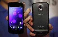 Samsung Electronics instó a un tribunal de apelaciones de Estados Unidos a mantener su negativa a la solicitud de Apple para prohibir la venta de los teléfonos avanzados Galaxy Nexus mientras Apple desafía su patente, según un documento presentado a finales de la semana pasada. En la image, varios modelos del Galaxy Nexus en Hong Kong el 19 de octubre de 2011. REUTERS/Bobby Yip/fILES