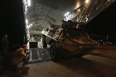 """Véhicule de transport de troupes arrivant à Bamako, au Mali. La France a procédé à de nouvelles frappes aériennes contre les rebelles islamistes au Mali et elle va poursuivre le renforcement de son dispositif sur place jusqu'au déploiement de la force africaine, qui va prendre """"une bonne semaine"""", a déclaré mardi François Hollande. Paris dispose d'environ 750 soldats engagés """"au sol et dans les airs"""" au Mali, a précisé le président. /Photo prise le 15 janvier 2013/REUTERS/Andrew Winning"""