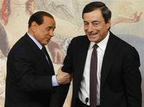 Silvio Berlusconi e Mario Draghi nell'ottobre 2008, quando il primo era premier e il secondo governatore della Banca d'Italia. REUTERS/Remo Casilli
