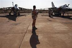 Bamako, Mali, un soldato francese tra due caccia Mirage F1 sulla pista di una base delle forze armate maliane, ieri. REUTERS/Joe Penney