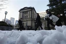 El gobernador del Banco de Japón, Masaaki Shirakawa, dijo el martes que el banco central continuará con su poderosa flexibilización monetaria debido a que la economía probablemente se mantendrá débil por el momento. En la imagen, unas personas pasan por una calle cubierta de nieve frente al Banco de Japón en Tokio, el 15 de enero de 2013. REUTERS/Kim Kyung-Hoon