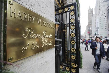 Pedestrians walk past the Harry Winston jewelry store on 5th Avenue in New York, January 14, 2013. REUTERS/Lucas Jackson