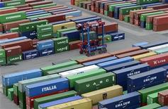 L'excédent commercial s'est établi à un niveau nettement supérieur aux attentes en novembre dans la zone euro, à la faveur d'une envolée des exportations et d'une stagnation des importations, des données qui peuvent suggérer à la fois un regain de compétitivité et une demande intérieure atone. /Photo prise le 17 octobre 2012/REUTERS/Fabian Bimmer