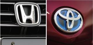 Les constructeurs automobiles japonais, comme Honda et Toyota, sont optimistes et tablent sur des ventes en 2013 aux Etats-Unis supérieures à celles de cette année, aidées par un yen faible et le lancement de nouveaux modèles. /Photos d'archives/REUTERS/Toru Hanai et Yuriko Nakao