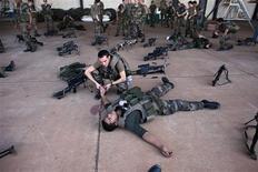 Francia continuó con sus ataques aéreos contra los rebeldes islamistas en Mali mientras los planes para desplegar tropas africanas cobraban velocidad el martes en medio de las preocupaciones de que los retrasos podrían poner en peligro una misión más amplia para desalojar a Al Qaeda y sus aliados. En la imagen, varios soldados franceses realizan formación de primeros auxilios en Bamako el 14 de enero de 2013. REUTERS/Joe Penney