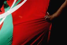 El Tribunal Europeo de Derechos Humanos ha validado la ilegalización del partido de la izquierda independentista vasca ANV por parte de la justicia española, al considerar que no conllevó una violación de la libertad de expresión ni de asociación, de acuerdo con una sentencia conocida el martes. En la imagen, un manifestante con una bandera vasca gigante en una protesta de ANV en Pamplona el 12 de octubre de 2007. REUTERS/Vincent West