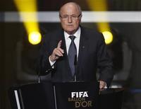 Descontar puntos de los equipos cuyos aficionados o jugadores son culpables de racismo es un modo mejor de abordar el problema que el hecho de que los jugadores abandonen el campo y se suspenda el partido, dijo el presidente de la FIFA Joseph Blatter. En la imagen, Blatter en la ceremonia de entrega del Balón de Oro en Zúrich el 7 de enero de 2013. REUTERS/Michael Buholzer