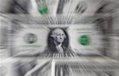 """Долларовые банкноты в Варшаве 8 августа 2011 года. Существует значительный риск того, что США потеряют высший кредитный рейтинг в случае повторения спора 2011 года о повышении долгового """"потолка"""" страны, заявило во вторник международное рейтинговое агентство Fitch. REUTERS/Kacper Pempel"""
