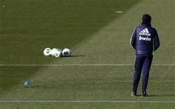 El entrenador del Real Madrid, José Mourinho, cuyo futuro ha sido puesto en duda esta temporada por la irregular forma mostrada por el equipo, cree que Inglaterra es el mejor lugar para entrenar y dice que volverá algún día a ese país. En la imagen, Mourinho durante un entrenamiento en Madrid el 14 de enero de 2013. REUTERS/Andrea Comas