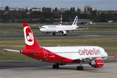 Air Berlin, deuxième compagnie aérienne mondiale, va supprimer 900 postes, soit près de 10% de son effectif de 9.300 salariés, pour réduire ses coûts. /Photo d'archives/REUTERS/Thomas Peter (GERMANY