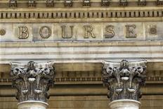 L'attentisme domine à la Bourse de Paris avant la publication de nombreux résultats d'entreprises cette semaine aux Etats-Unis. A 12h30, le CAC 40 progresse de 0,07% à 3.710,90 points. /Photo d'archives/REUTERS/Charles Platiau