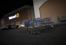 Wal-Mart Stores, le numéro un mondial de la distribution, a promis mardi d'embaucher plus de 100.000 anciens combattants américains dans les cinq prochaines années. /Photo prise le 22 novembre 2012/REUTERS/Eric Thayer