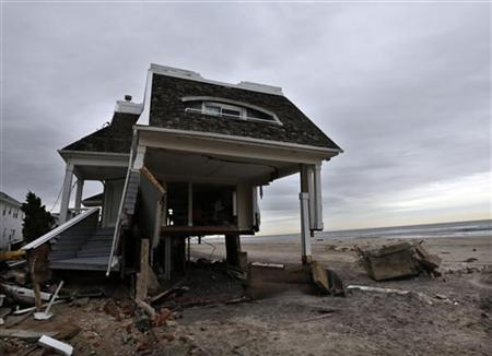 The remains of houses destroyed during Hurricane Sandy are seen in the Rockaways area of New York's borough of Queens, January 14, 2013. REUTERS/Brendan McDermid (UNITED STATESENVIRONMENT DISASTER - Tags: ENVIRONMENT DISASTER POLITICS)