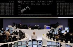 Les principales Bourses européennes sont en légère baisse mardi à mi-séance, les investisseurs restant prudents après les chiffres décevants de la croissance allemande pour 2012. Vers 12h00 GMT, le Dax recule de 0,34% et le FTSE de 0,08%. Le CAC 40 baisse de 0,24% à 3.699,40 points. /Photo prise le 15 janvier 2012/REUTERS/Remote/Lizza David