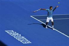 Pour son entrée en lice à l'Open d'Australie, le Suisse Roger Federer n'a fait qu'une bouchée mardi du Français Benoît Paire, éliminé en trois petits sets 6-2 6-4 6-1. /Photo prise le 15 janvier 2013/REUTERS/Toby Melville