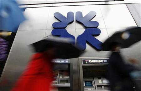 Morning commuters rush past a branch of the Royal Bank of Scotland (RBS) in London November 4, 2011. REUTERS/Andrew Winning