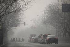 Días después de que una niebla espesa cubriera Pekín, el próximo primer ministro de China sumó su voz a las peticiones de limitar las emisiones tóxicas, pero brindó pocas concreciones y dijo que no hay soluciones rápidas. En la imagen del 12 de enero se puede ver una calle en el centro de Pekín. REUTERS/Jason Lee