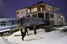 Policiais ficam ao redor do local onde um trem descarrilou e invadiu uma casa em Saltsjobaden, Estocolmo, nesta foto tirada pela Scanpix Sweden. 15/01/2013 REUTERS/Jonas Ekstromer/Scanpix Sweden