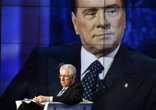 Premiê italiano, Mario Monti, aparece como convidado no programa Porta a Porta do canal RAI, em Roma. Berlusconi disse que apoiaria o chefe do Banco Central Europeu, Mario Draghi, se fosse indicado para disputar a Presidência do país. 14/01/2013 REUTERS/Alessandro Bianchi