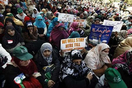 Supporters of Sufi cleric and leader of the Minhaj-ul-Quran religious organisation Muhammad Tahirul Qadri listen to his speech on the second day of protests in Islamabad January 15, 2013. REUTERS/Zohra Bensemra (PAKISTAN - Tags: POLITICS RELIGION CIVIL UNREST)