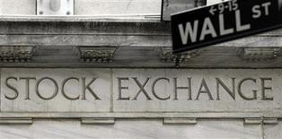La Bourse de New York a ouvert en baisse, les investisseurs restant préoccupés par l'évolution du débat politique aux Etats-Unis sur un éventuel relèvement du plafond de la dette publique. Quelques minutes après le début des échanges, l'indice Dow Jones perdait 0,34%, le Standard & Poor's 500, plus large, reculait de 0,42% et le Nasdaq Composite cédait 0,58%. /Photo d'archives/REUTERS/Chip East