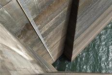 Vista da marca d'água marcando o volume dentro da hidrelétrica de Itumbiara, na fronteira entre os Estados de Goiás e Minas Gerais. Os reservatórios de usinas hidrelétricas da região Nordeste apresentaram uma leve recuperação, subindo de 29,33 por cento no domingo para 29,62 por cento na segunda-feira, segundo dados do Operador Nacional do Sistema Elétrico (ONS). 09/01/2013 REUTERS/Ueslei Marcelino