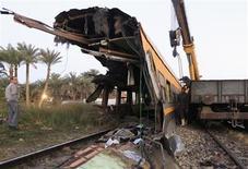 Los escombros de un tren militar tras un accidente en el barrio de Badrashin, Egipto, ene 15 2013. Un tren se descarriló el martes en un suburbio de El Cairo, matando a 19 jóvenes conscriptos y dejando otros 107 heridos, informó el portavoz del Ministerio de Salud de Egipto, en un accidente que desencadenó protestas fuera de una terminal ferroviaria de la capital. REUTERS/Mohamed Abd El Ghany