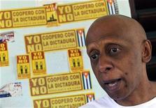 Foto de arquivo mostra dissidente cubano Guillermo Farinas durante entrevista com a Reuters em Santa Clara, Cuba. As novas regras que dão mais liberdade aos cubanos para saírem do país, que entraram em vigor na segunda-feira, surpreenderam dissidentes famosos, como Yoani Sánchez e Farinas, que foram informados que receberão passaportes e poderão viajar quando e para onde quiserem, após vários anos de restrições. 28/01/2011 REUTERS/Enrique De La Osa