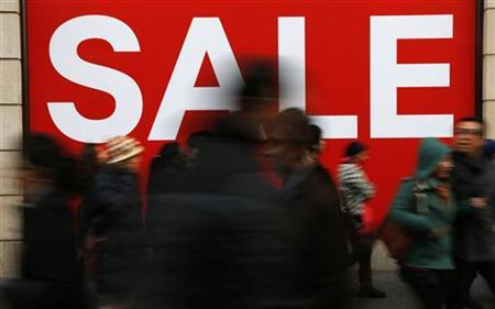 Shoppers pass a clothing shop during the Boxing Day sales on Oxford Street in central London, December 26, 2012. REUTERS/Andrew Winning/Files