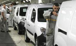 Funcionários da montadora de carros francesa Renault trabalham na linha de montagem da fábrica em Maubeuge, norte da França, em outubro de 2012. A Renault planeja cortar 7,5 mil postos de trabalho na França até 2016, disse uma porta-voz da montadora francesa. 08/10/2012 REUTERS/Pascal Rossignol