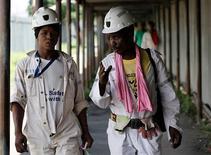 El desempleo es una crisis global, según el prestamista en el sector privado del Banco Mundial, la Corporación Financiera Internacional (CFI), que estudia formas de que sus inversiones en países en desarrollo puedan ayudar a crear más empleo. En esta imagen, dos mineros caminan tras su turno en la mina 1 de Khuseleka de Anglo Platinum en Rustemburgo, al noroeste de Johannesburgo, el 15 de enero de 2013. REUTERS/Siphiwe Sibeko